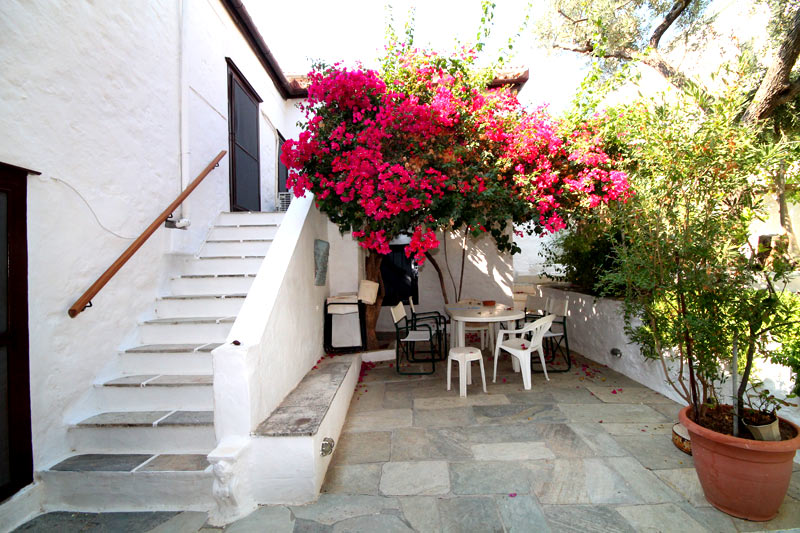 A lovely traditional house near Four Corners with a stunning garden.