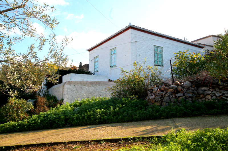 A traditional house with sea views, in need to renovation