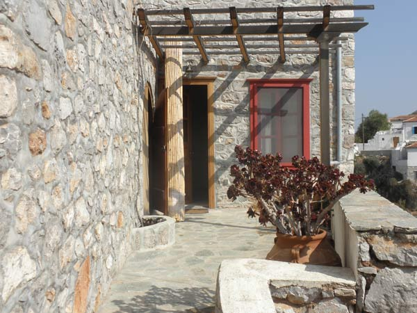 An interesting split level apartment in Hydra town with seperate self contained studio.